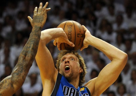 Dirk Nowitzki (R) of the Dallas Maverick