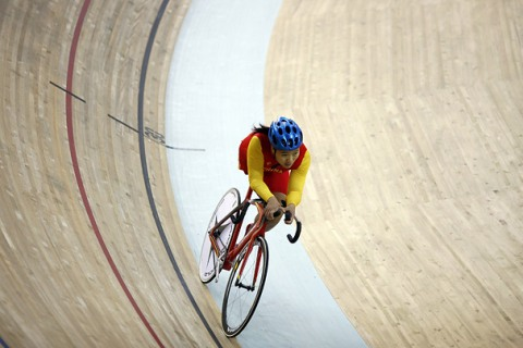 Tang Qi competes in individual pursuit track cycling